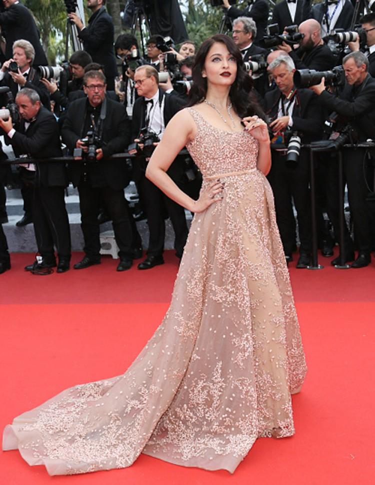 Aishwarya Rain Bachchan Ellie Saab Gown Cannes 2016 | Cannes 2016 Day 3 | Aishwarya Rain Bachchan Wine Toned Lipstick | Aishwarya Rai Bachchan Bvalgari Neck piece
