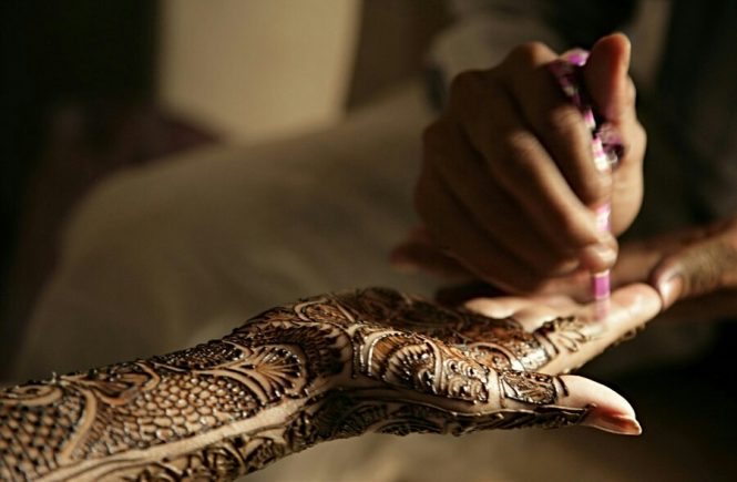 5 Stylish Glitter Mehndi Design To Make Your D-Day Shine
