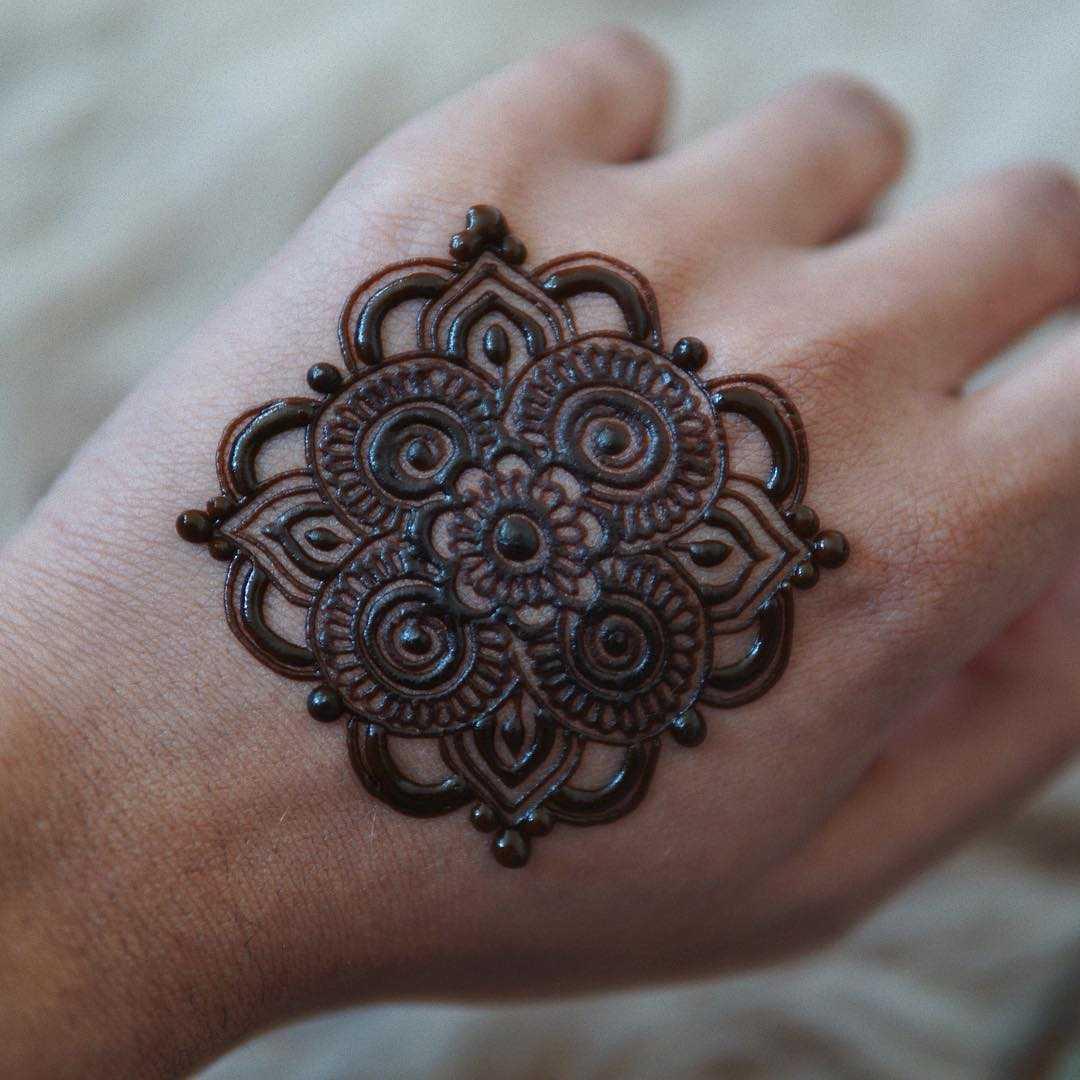 Simple Round Mehendi design